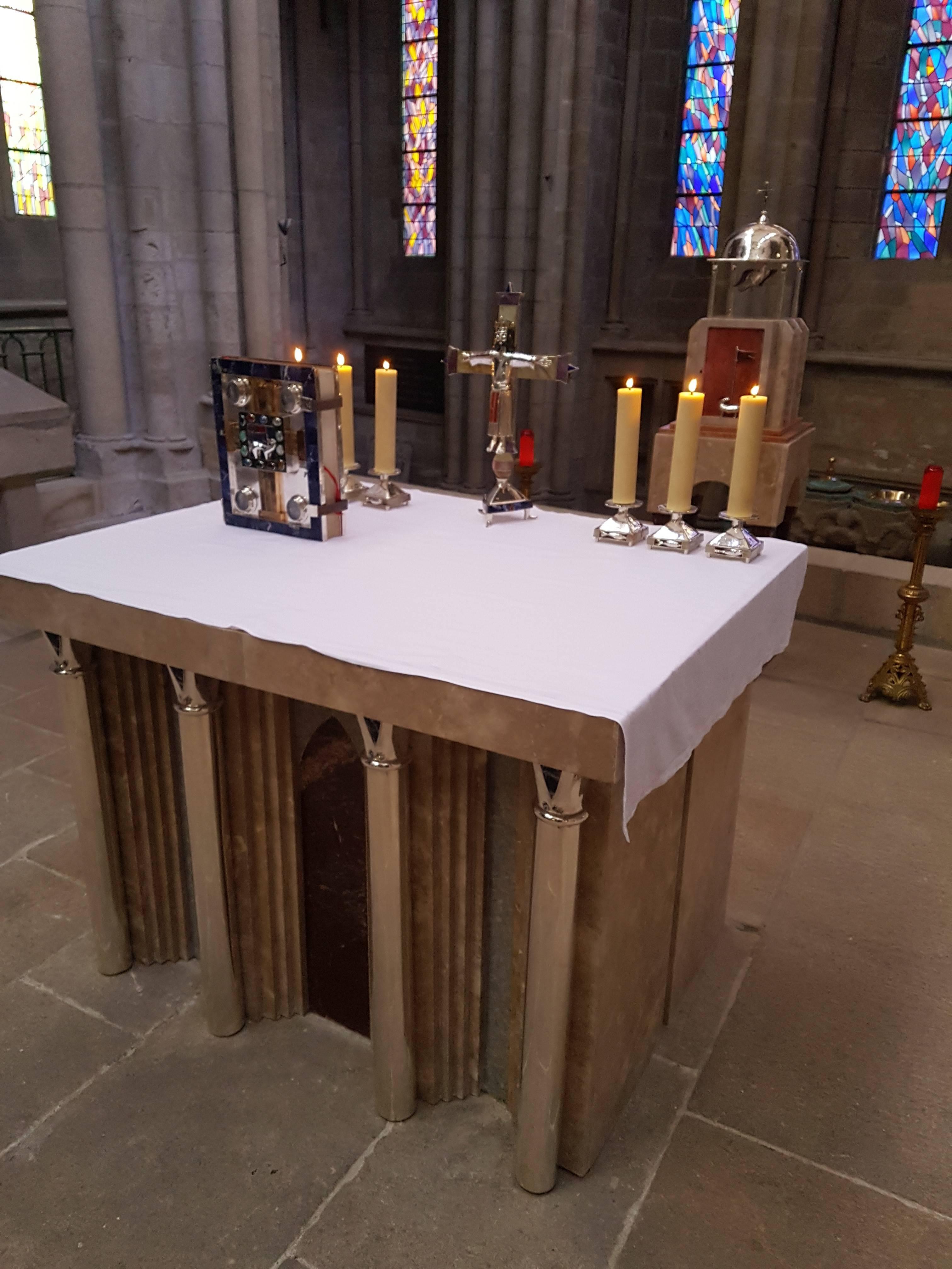 Le nouvel autel de la cathédrale dans le chœur du XIIIième
